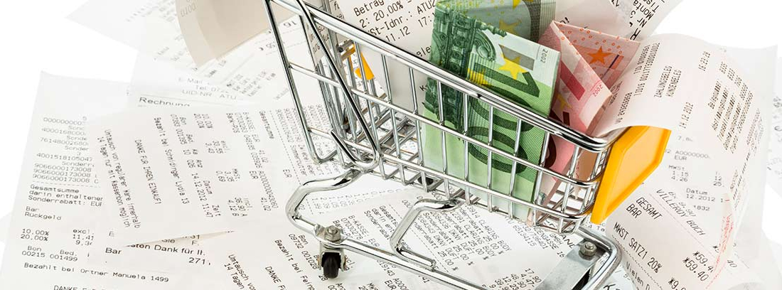 Carro de la compra con recibos y billetes