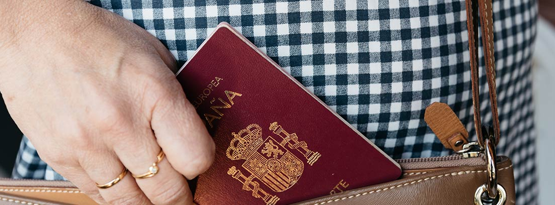 Mujer guardando un pasaporte en su bolso