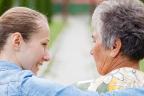 Mujer joven abrazando a una anciana