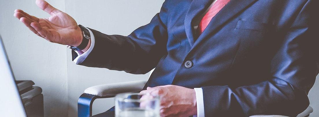 Empresario sentado en un escritorio