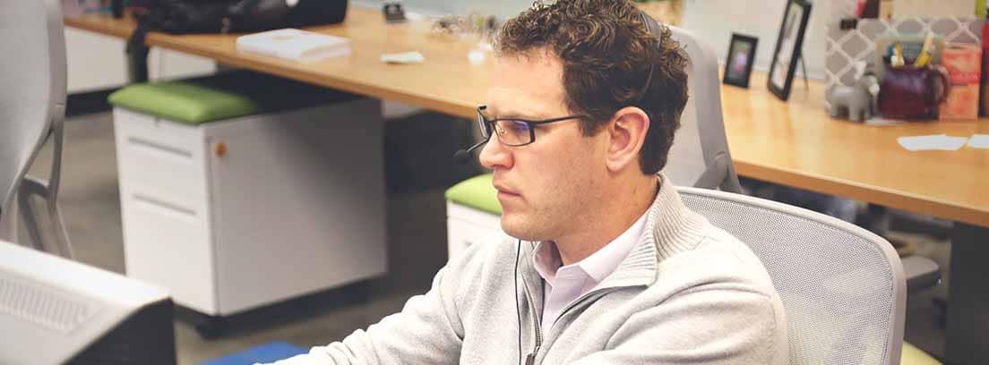 Hombre sentado en su puesto de trabajo en una oficina