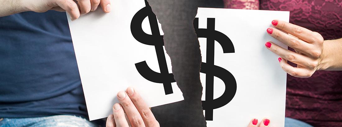 Hombre y mujer sentados en un sofá sujetando un cartel roto con el símbolo del dólar