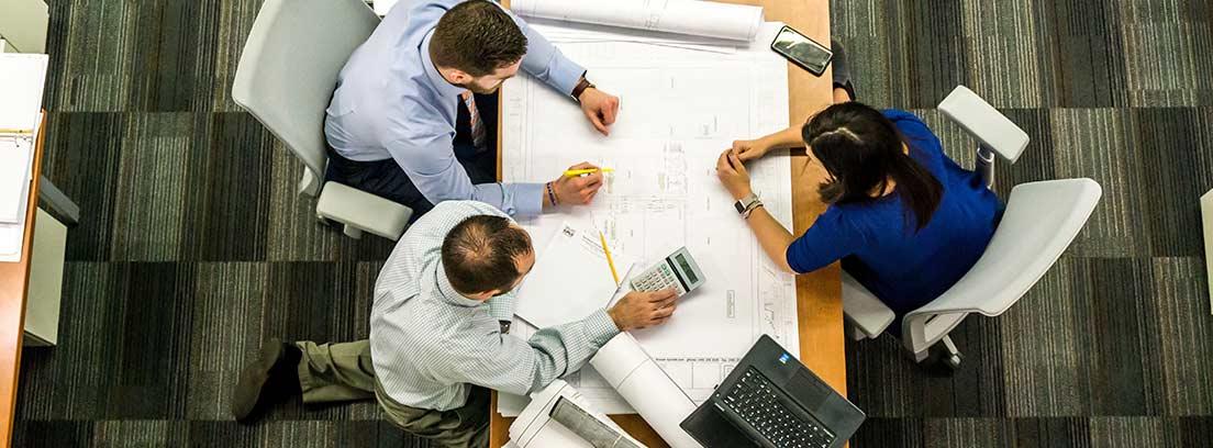 Tres profesionales planifican un proyecto