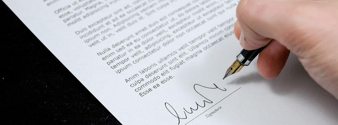 Un trabajador firma un contrato