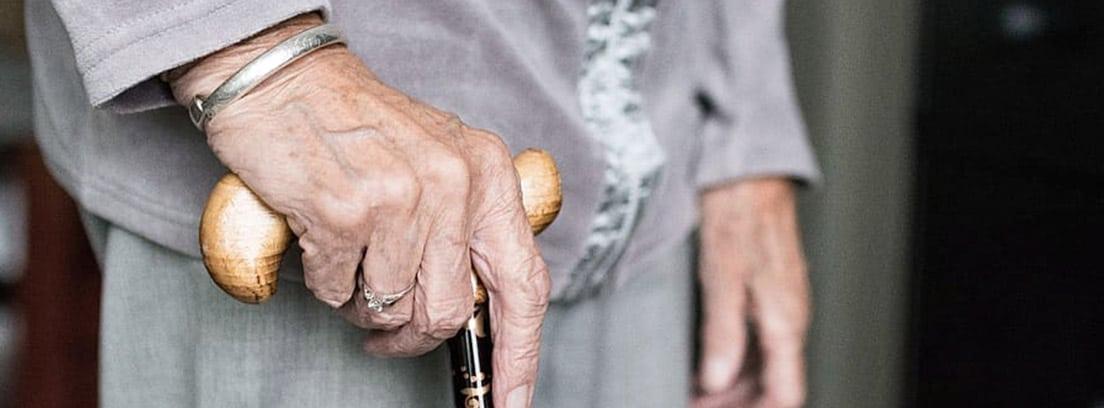 Mujer mayor con bastón