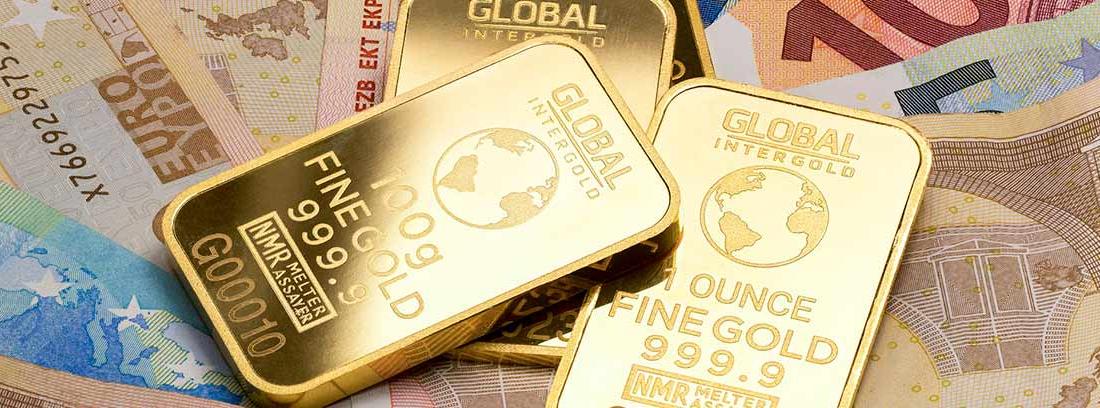 Dinero en efectivo y lingotes de oro