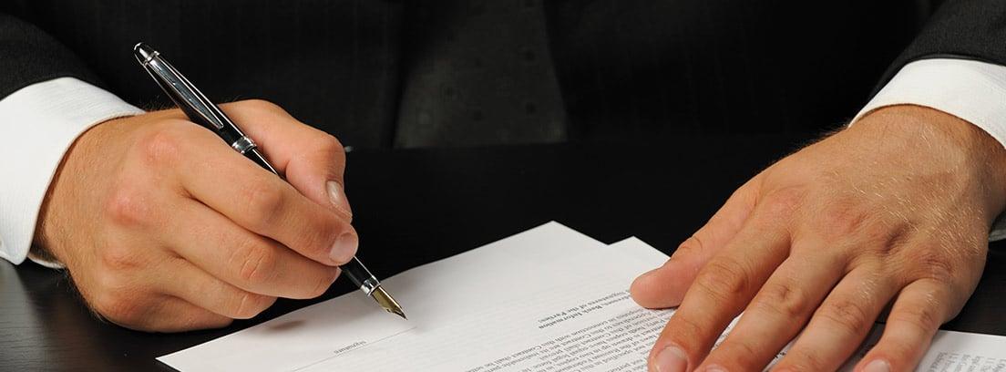 Manos firmando un contrato