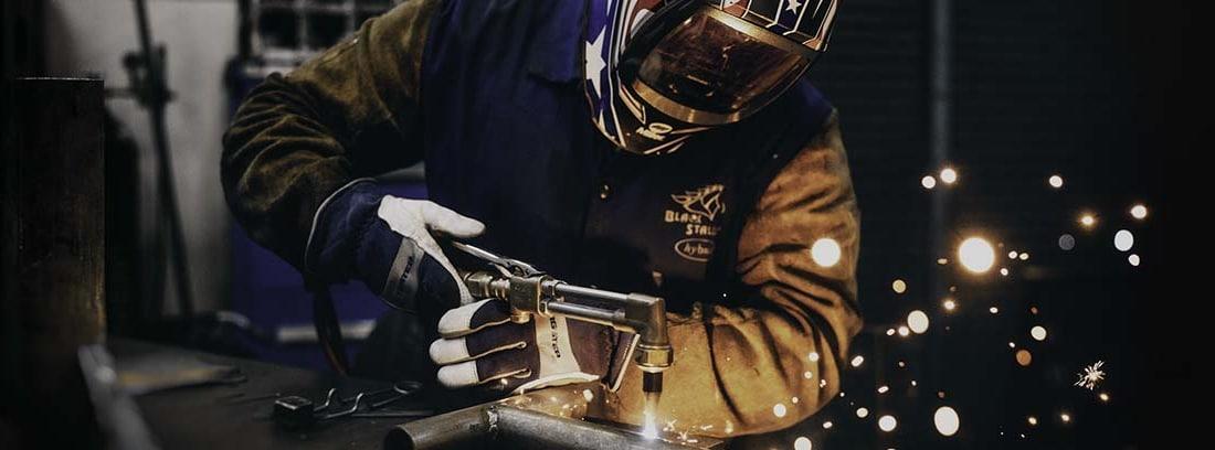 Operario de una fábrica de recambios de automóvil