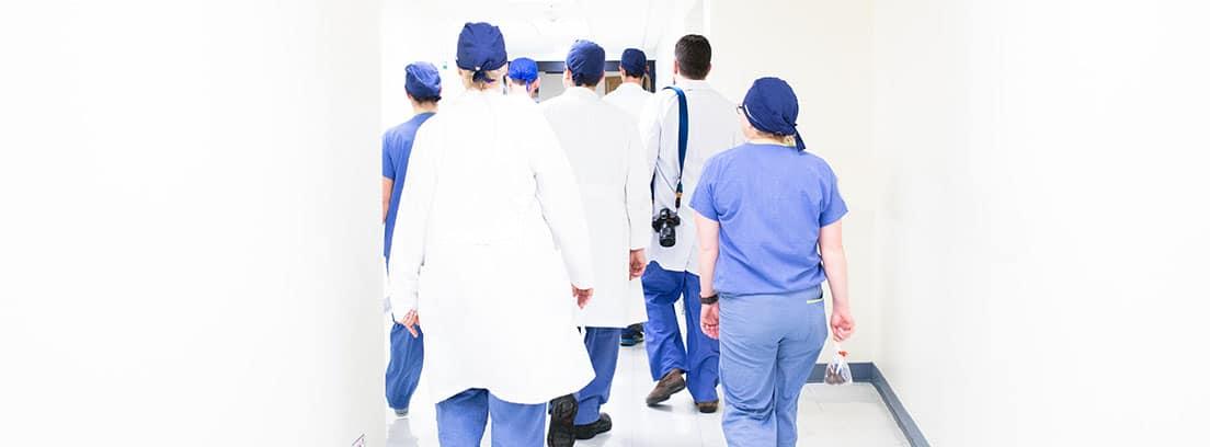 Enfermeros y médicos caminan en un hospital