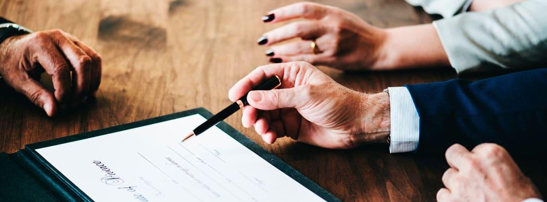 Manos con boli firmando un convenio de divorcio