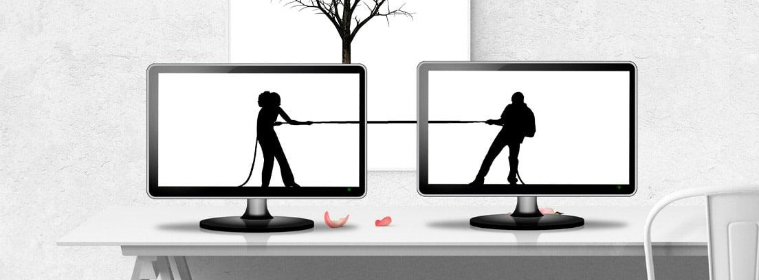 Dos pantallas de ordenador en las que se ve un hombre y una mujer tensando una cuerda