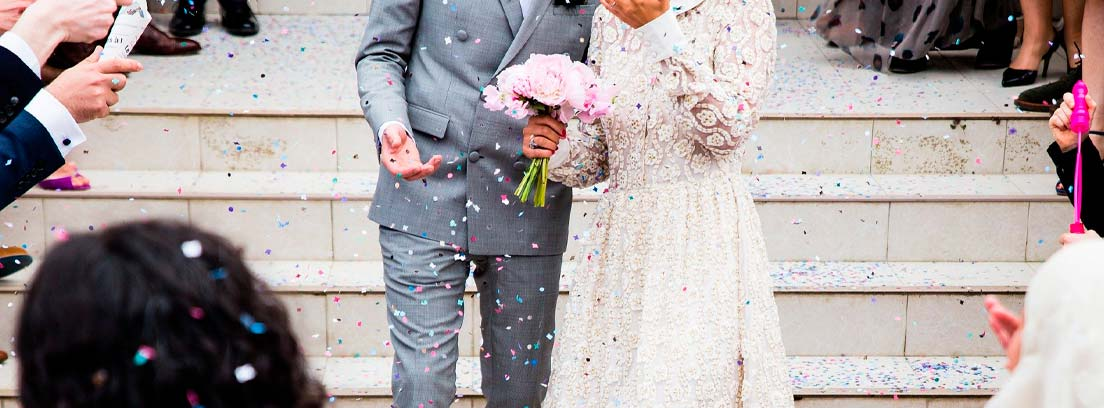 Torso de pareja de novios con confeti