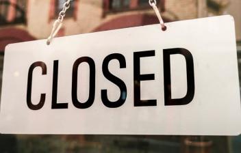 Cartel de 'Closed' colgado en una puerta