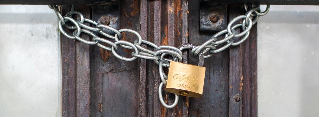 Puerta de madera con una cadena y un candado