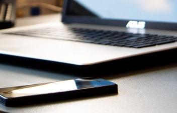 Ordenador y smartphone sobre una mesa