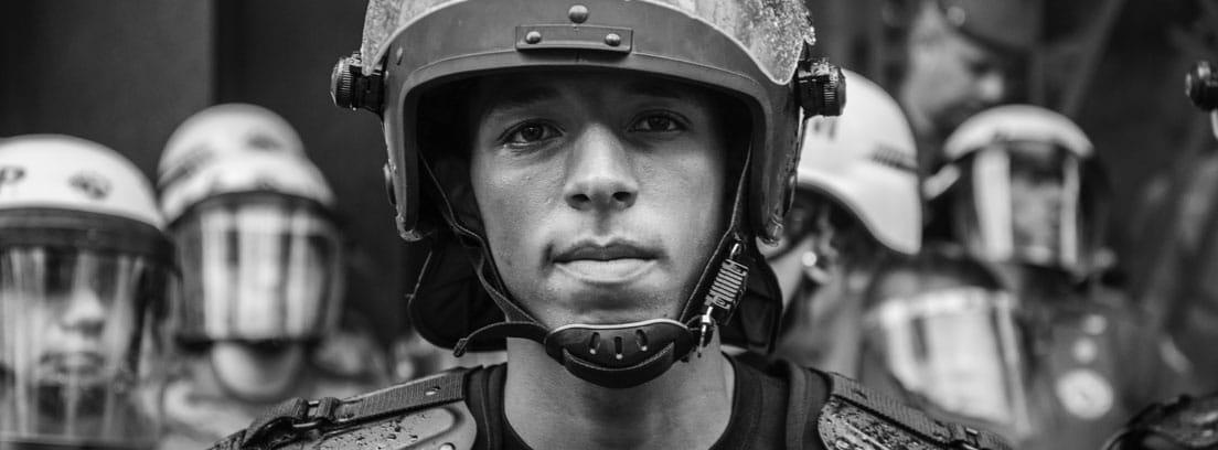 Policía con casco
