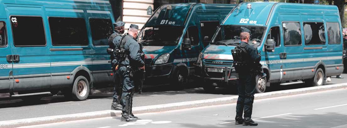 Policías armados y furgones