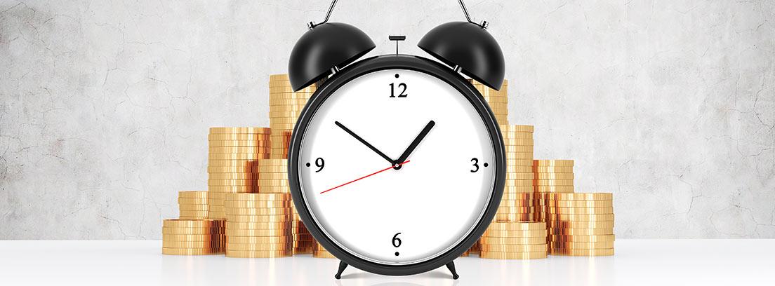 Reloj sobre monedas