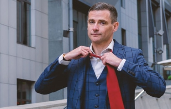 Hombre en la calle quitándose la corbata
