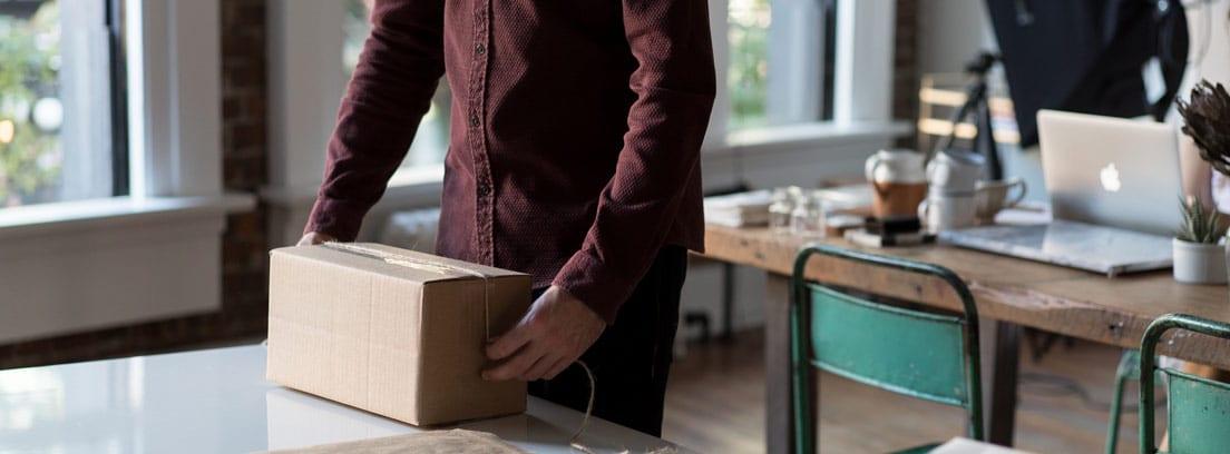 Hombre en la oficina con una caja