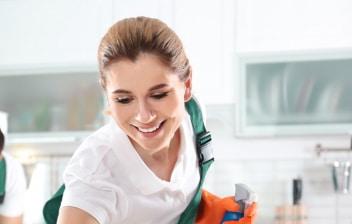 Dos mujeres y un hombre limpiando una vivienda