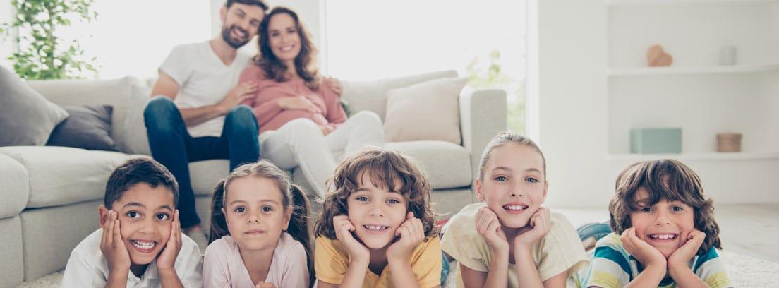 Familia numerosa en casa