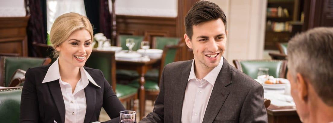 Personas con vestimenta formal en comida de empresa
