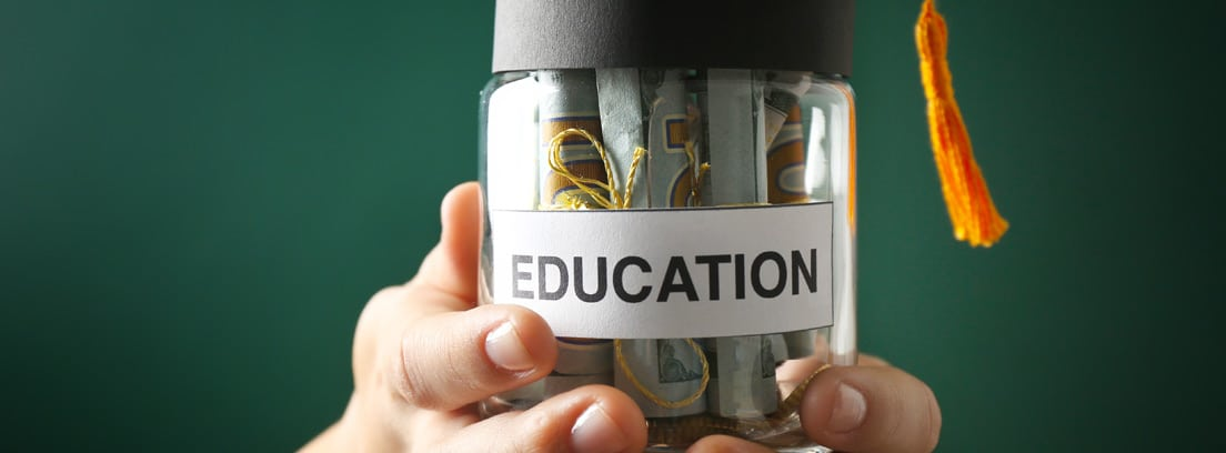 hucha con dinero y escrita la palabra education