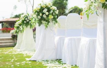 ceremonia de una boda en un jardín