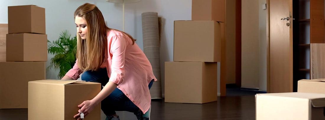 Chica haciendo mudanza en un piso