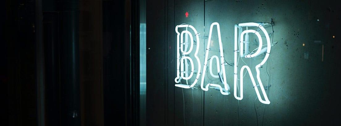 Luminoso con la palabra bar