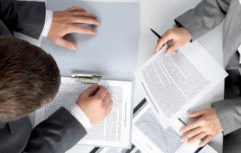 Plano superior de un hombre y una mujer revisando informes