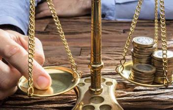 Monedas en una balanza