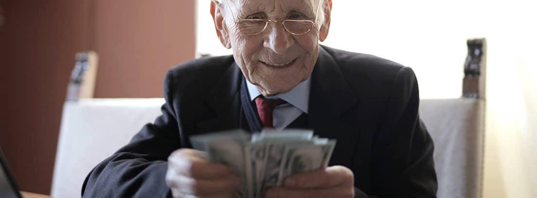 Un anciano con billetes en la mano