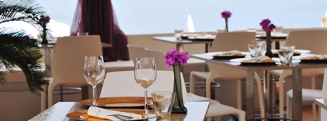 Terraza de un restaurante junto al mar