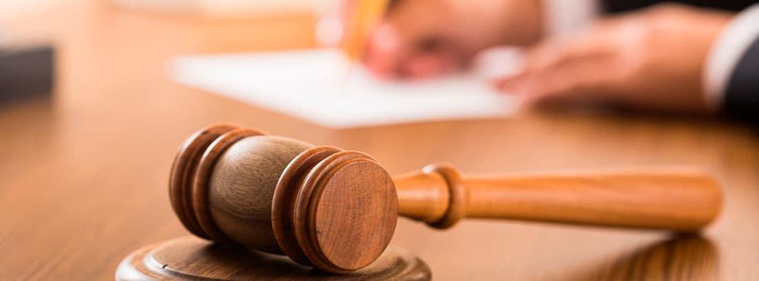 Juez dictando una sentencia