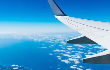Ala de un avión sobre una isla