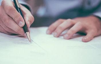 Hombre firmando un recurso de alzada