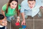 Grupo de personas sujetando una pieza de puzzle