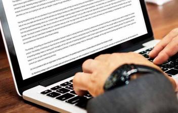 """Acuerdo de trabajo (en inglés, """"employment agreement"""") en una pantalla"""