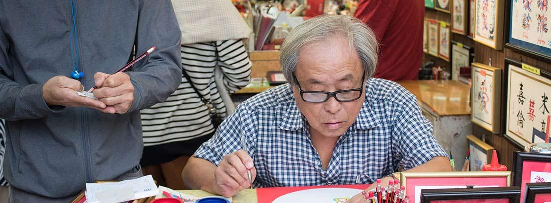 Un hombre trabaja dibujando
