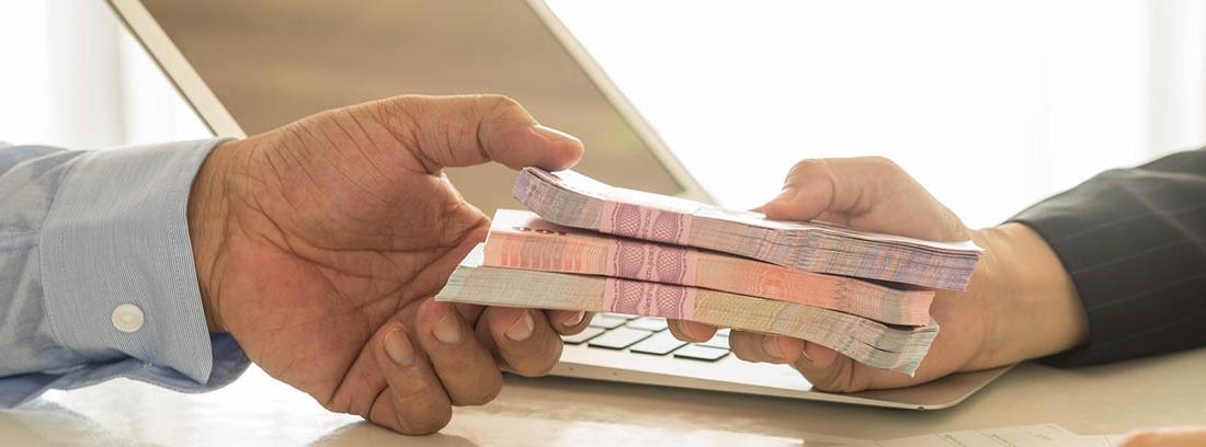 Entrega de dinero entre dos personas