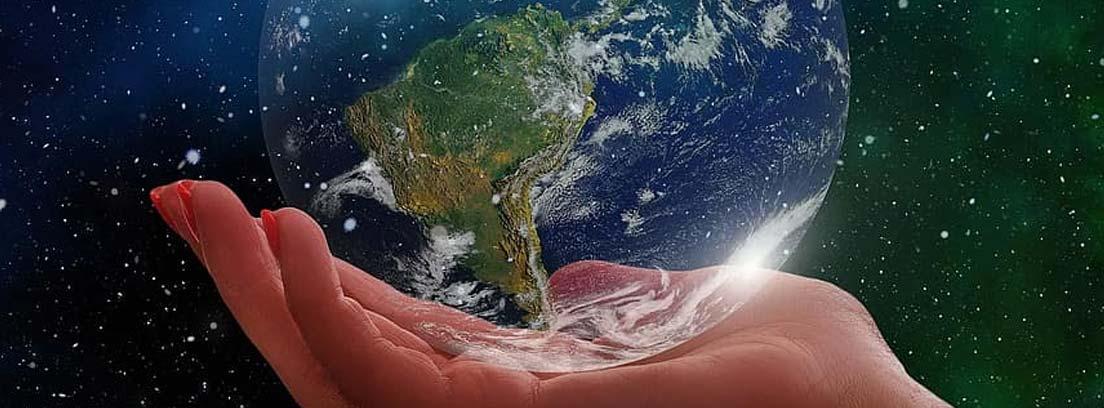 Mano sosteniendo una bola del mundo como metáfora de la responsabilidad medioambiental