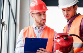 Operarios revisando los dispositivos de seguridad de un edificio
