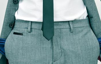 Hombre de negocios mostrando sus bolsillos vacíos