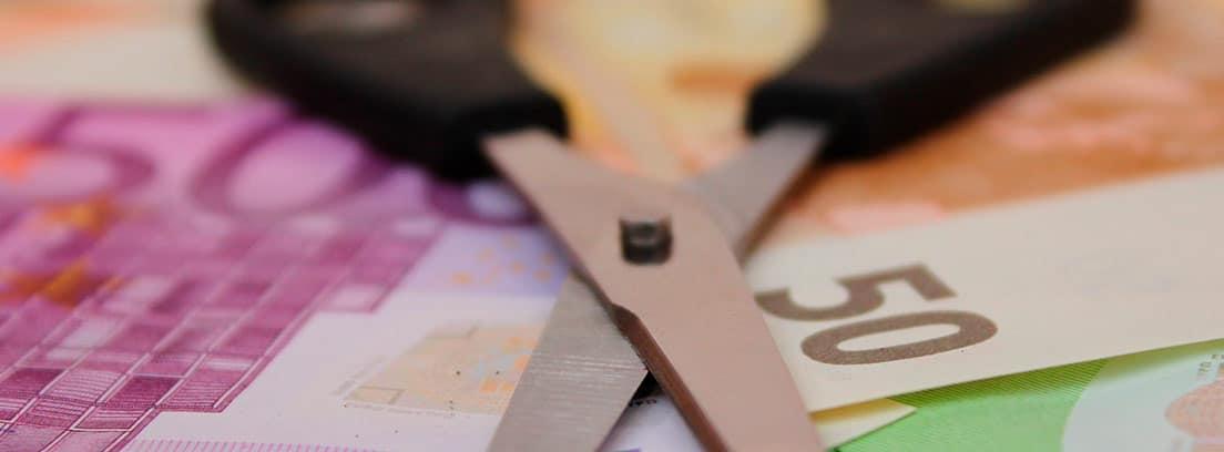 Tijeras sobre unos billetes de euro