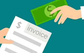 Mano extendiendo un billete a otra mano con una factura