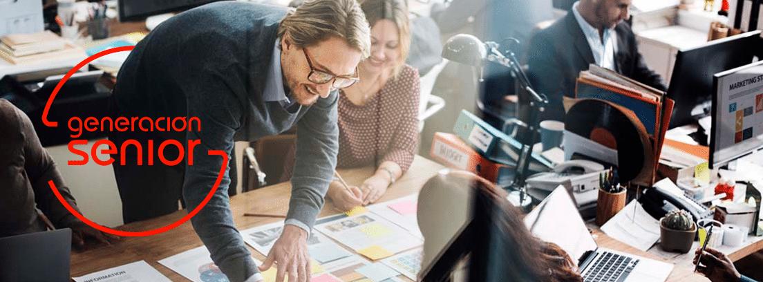 Cambios de puesto de trabajo sin consentimiento: hombre y mujer trabajando en oficina