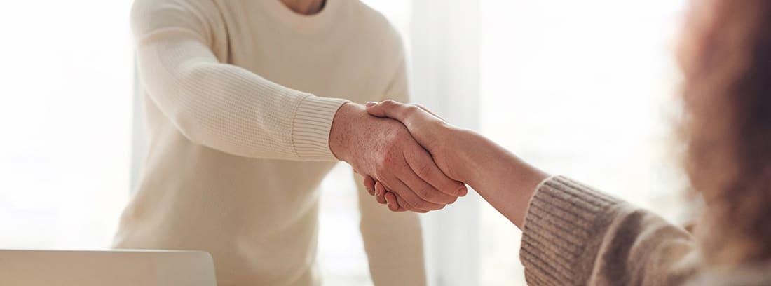 Dos trabajadores se dan la mano
