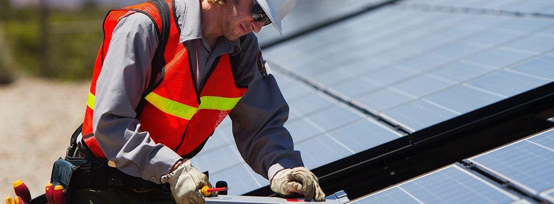 Hombre colocando unas placas solares
